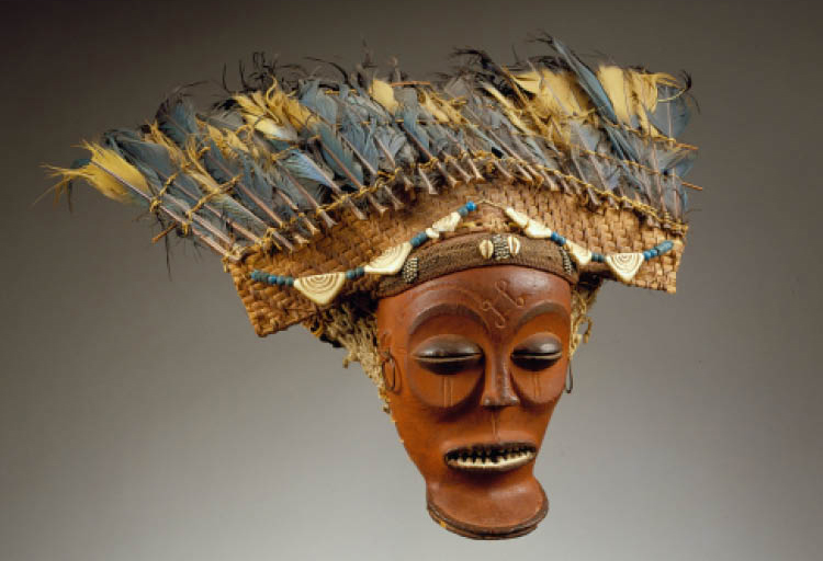 Male mask (cihongo). Chokwe, Democratic Republic of the Congo or Angola. Wood, wickerwork, beads, shells, metal, feathers, fiber; h. 24 cm. Private collection. Photo: © Hughes Dubois, Paris/Brussels