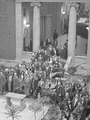 """Crowds at exhibition """"The Guelph Treasure"""" 11 January - 1 February 1931; lines in Interior Garden Court; visitors viewing guelph treasure, armor court, inner garden court"""