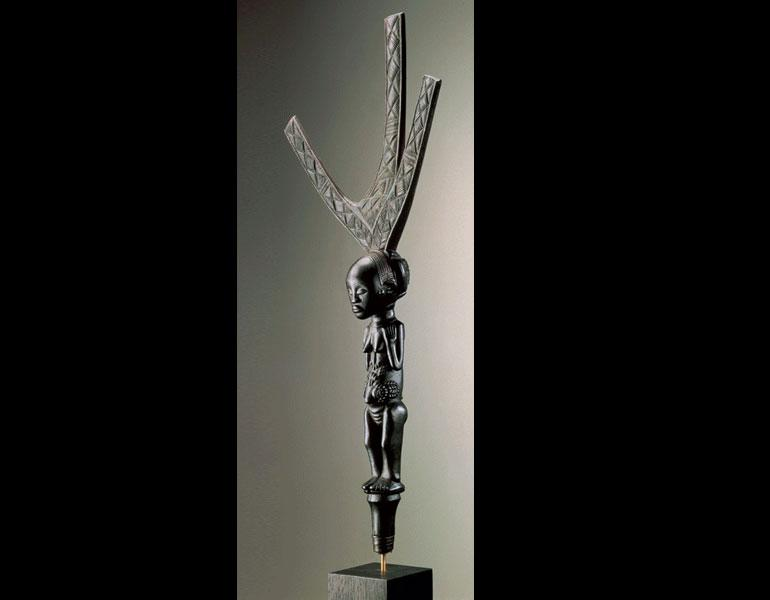 Bow stand. Luba, D.R.C. Wood, metal; h. 59.4 cm. Ethnographic Museum, Antwerp Museum purchase, 1920 (AE 722). Photo: © Hughes Dubois, Paris/Brussels