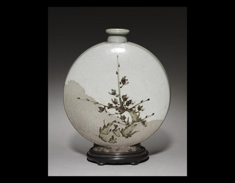 Wine Flask, 1600s. Korea, Joseon period. Glazed porcelain with underglazed iron design; 21.8 x 19 x 8.5 cm. John L. Severance Fund 1999.44