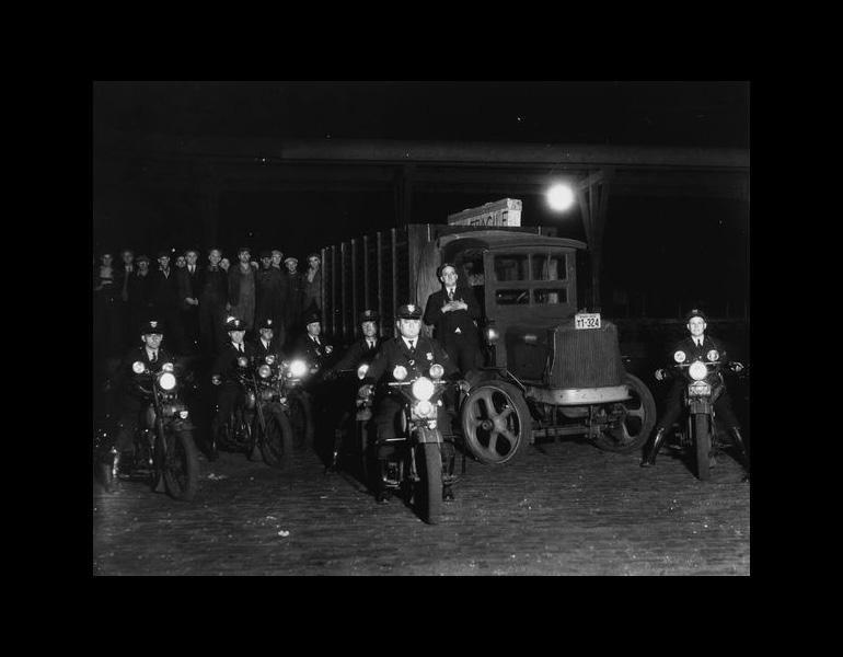 Police escort for Whistler's Mother, on loan from the Louvre, 1933. Photograph Collection, CMA Archives.