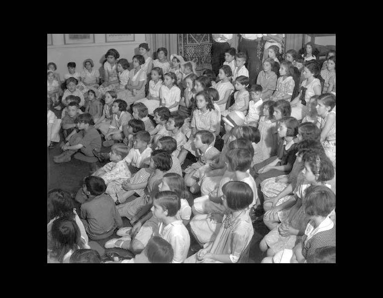 Story Hour, Textile Room, 1933. IML 965254